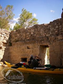 foto en caiac des de dins del molí àrab de Miravet