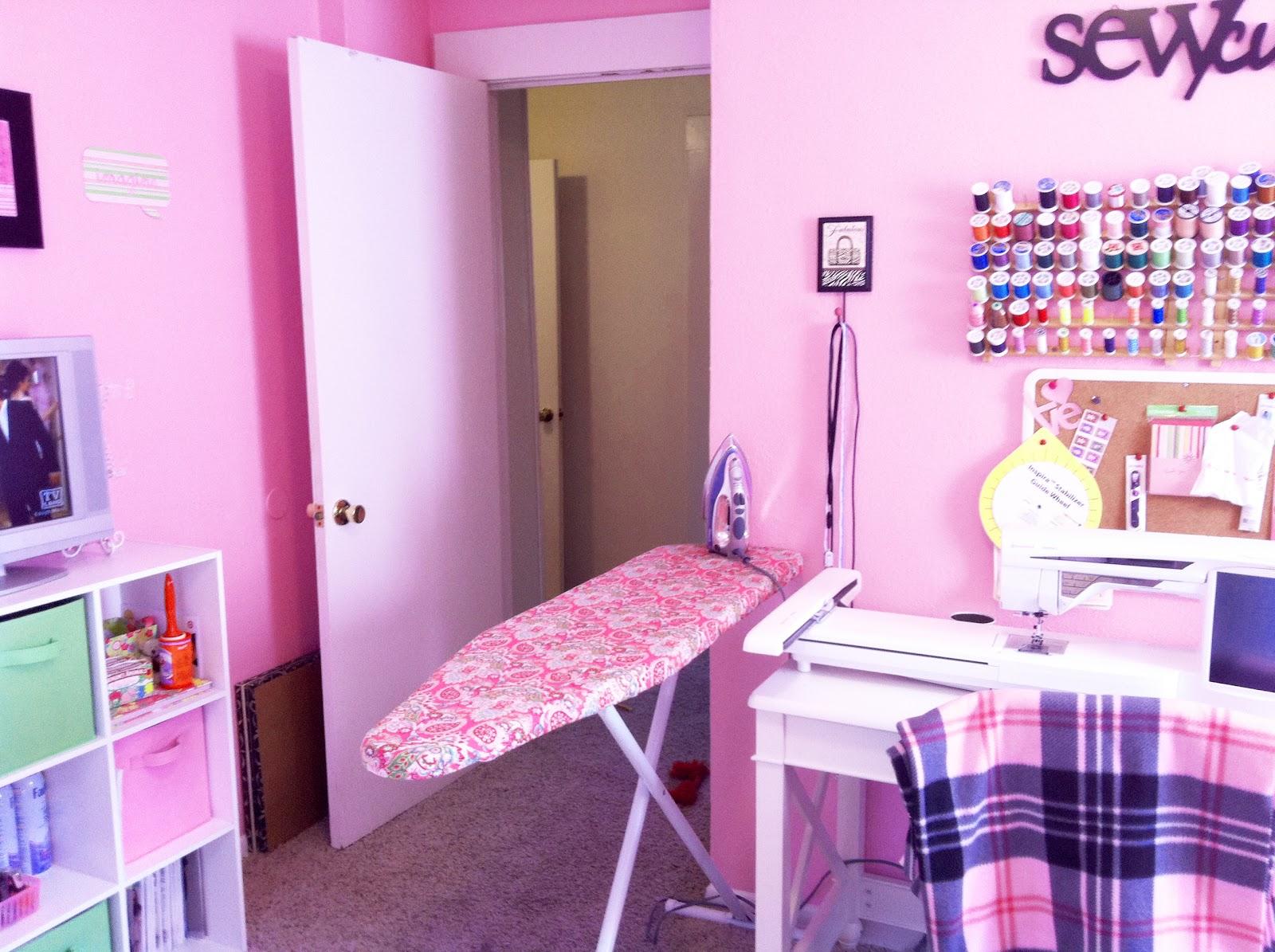 http://4.bp.blogspot.com/-VysT4HM966I/UCkodhMP9CI/AAAAAAAAAoY/BJPbxKcJXiM/s1600/Sewing+Room+3.jpg