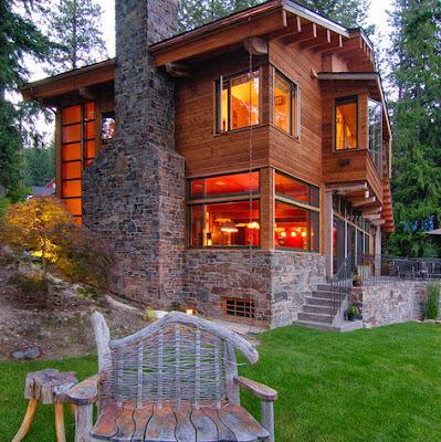 Fachada de casa moderna de campo en madera y piedra para la chimenea