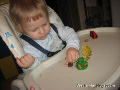 малыш лепит из пластилина