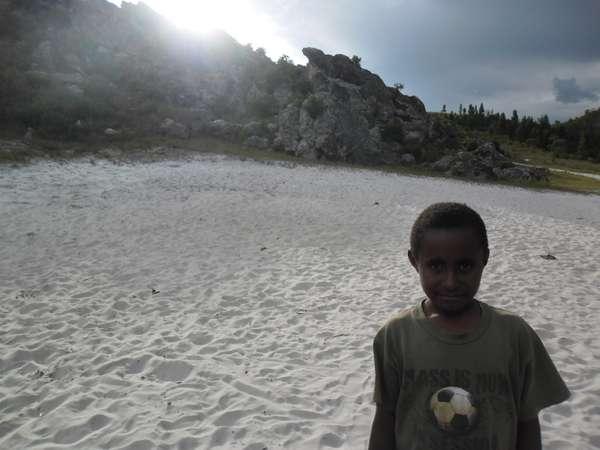 Senyuman putra Local yang bermain di Pasir Putih Wamena