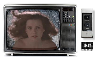 écran de télévision jeune fille