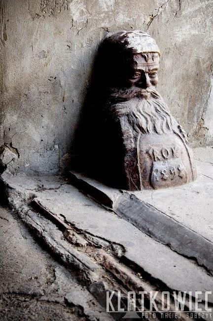Piotrków Trybunalski. Odbojnik przy bramie wjazdowej do kamienicy w postaci krasnoludka.