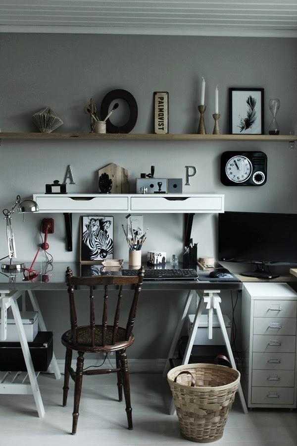 arbetsrum, skrivbord, inredning, inspiration arbetsrum, inreda, print fjäder, tavla med fjädrar, konsttryck, annelie, svart klocka på väggen, hyllor ikea, skrivbord ikea, loppis stol, print zebra, tavlor i svart och vitt, på hyllan, netto boxar, netto lådor, bokstäver, diy, inredning, ateljé, ljusgråa väggar, skrivbordslampa, bockben till bordsskiva, pennställ, hus och hem, plåthurts, memoblock, pennor, detaljer i arbetsrummet