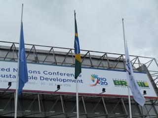 hasteamento da bandeira da ONU no Riocentro durante comemorações do Dia Mundial do Meio Ambiente