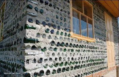 Sector de una casa construida con botellas de vidrio