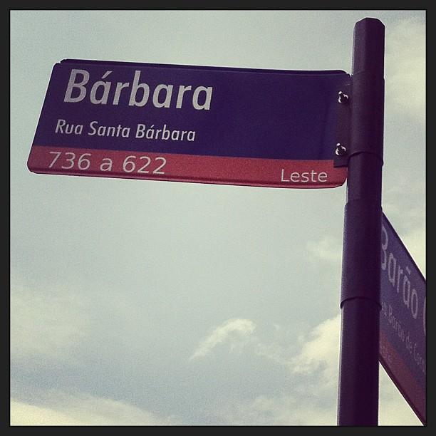 Placa da Rua Santa Bárbara no bairro Sagrada Família em Belo Horizonte