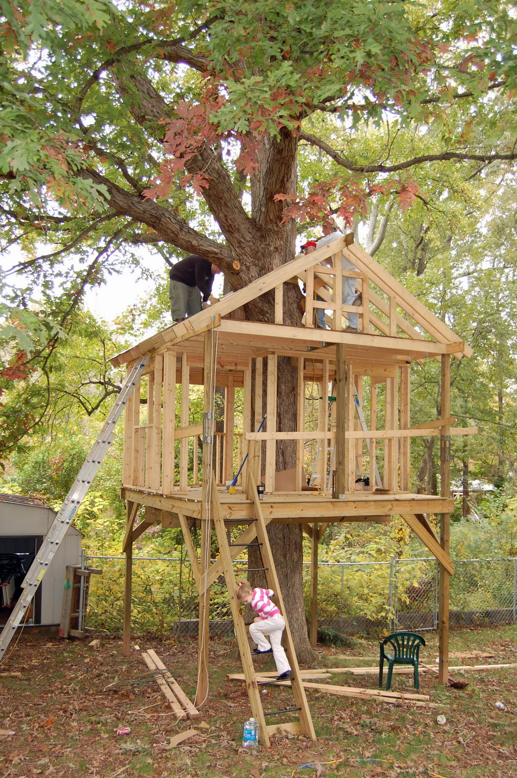 Pictures of tree houses and play houses from around the for Free treehouse plans