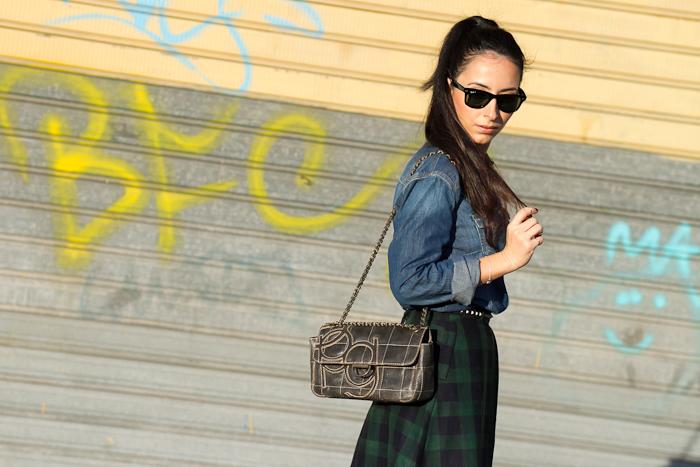 Look Camisa denim Meltin' Pot combinada con Falda de cuadros midi y Bolso de PG Valencia Moda Blog