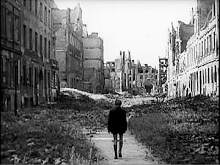 Edmund yıkıntıya dönüşmüş Berlin sokaklarında