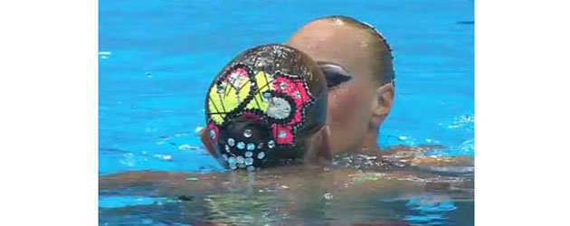 Synchronized swimming girls kiss - London Olympics