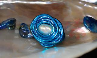 Anillo aluminio turquesa y perla cultivada