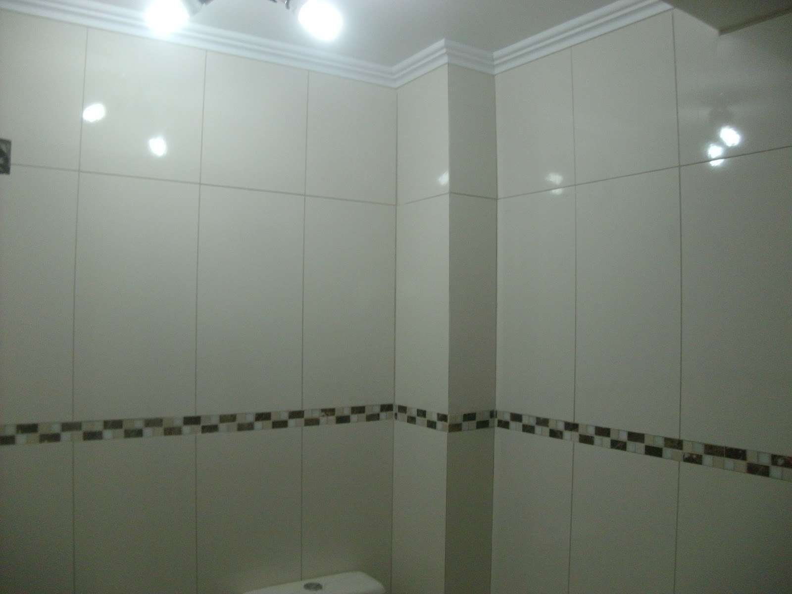 Piso e azulejo retificado e border pastilha de vidro. #575444 1600x1200 Banheiro Azulejo