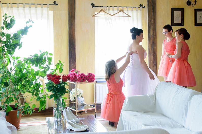 persiko spalvos nuotakos suknelė