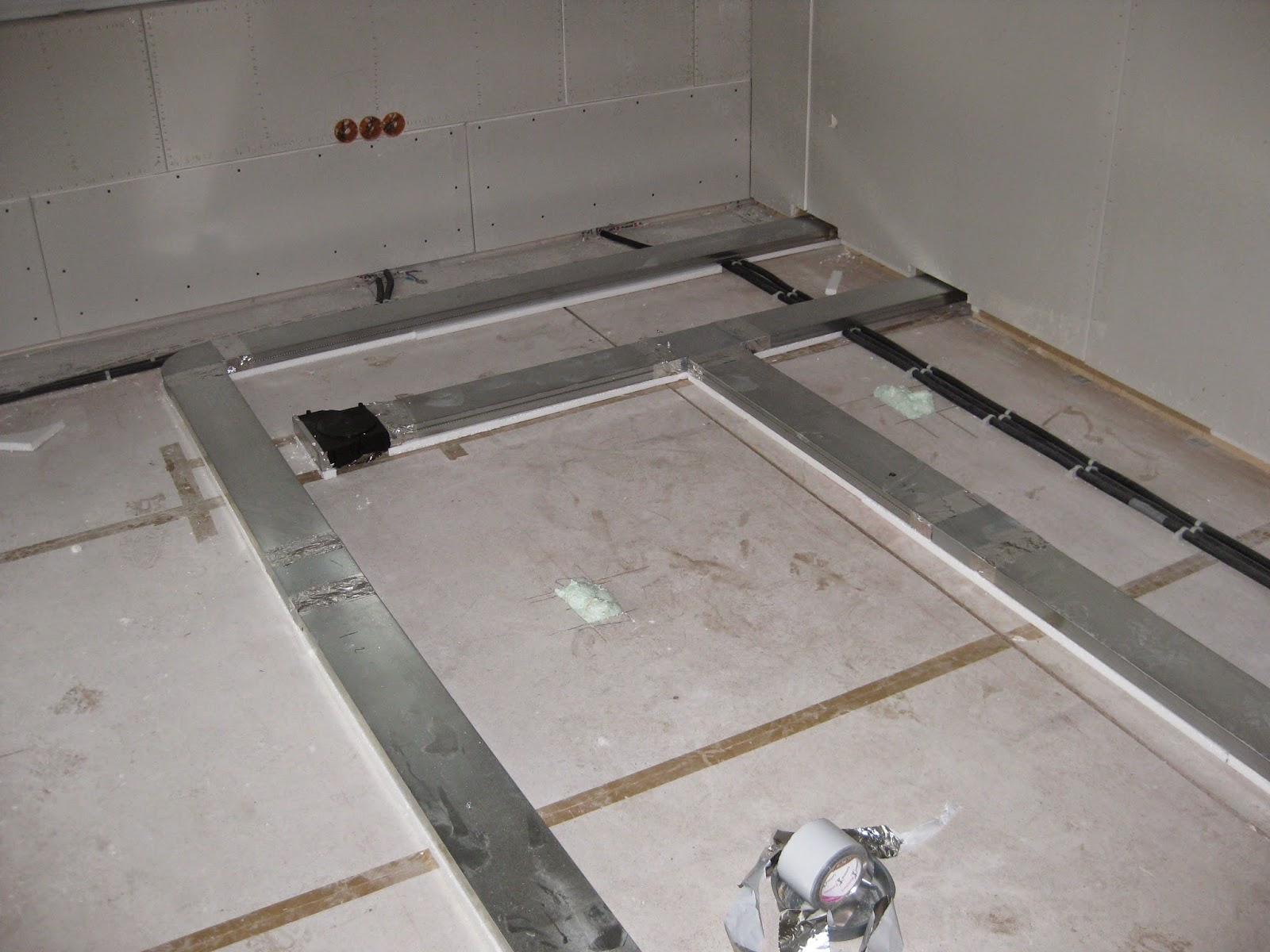 wir bauen ein okal haus rohre f r heizung liegen. Black Bedroom Furniture Sets. Home Design Ideas