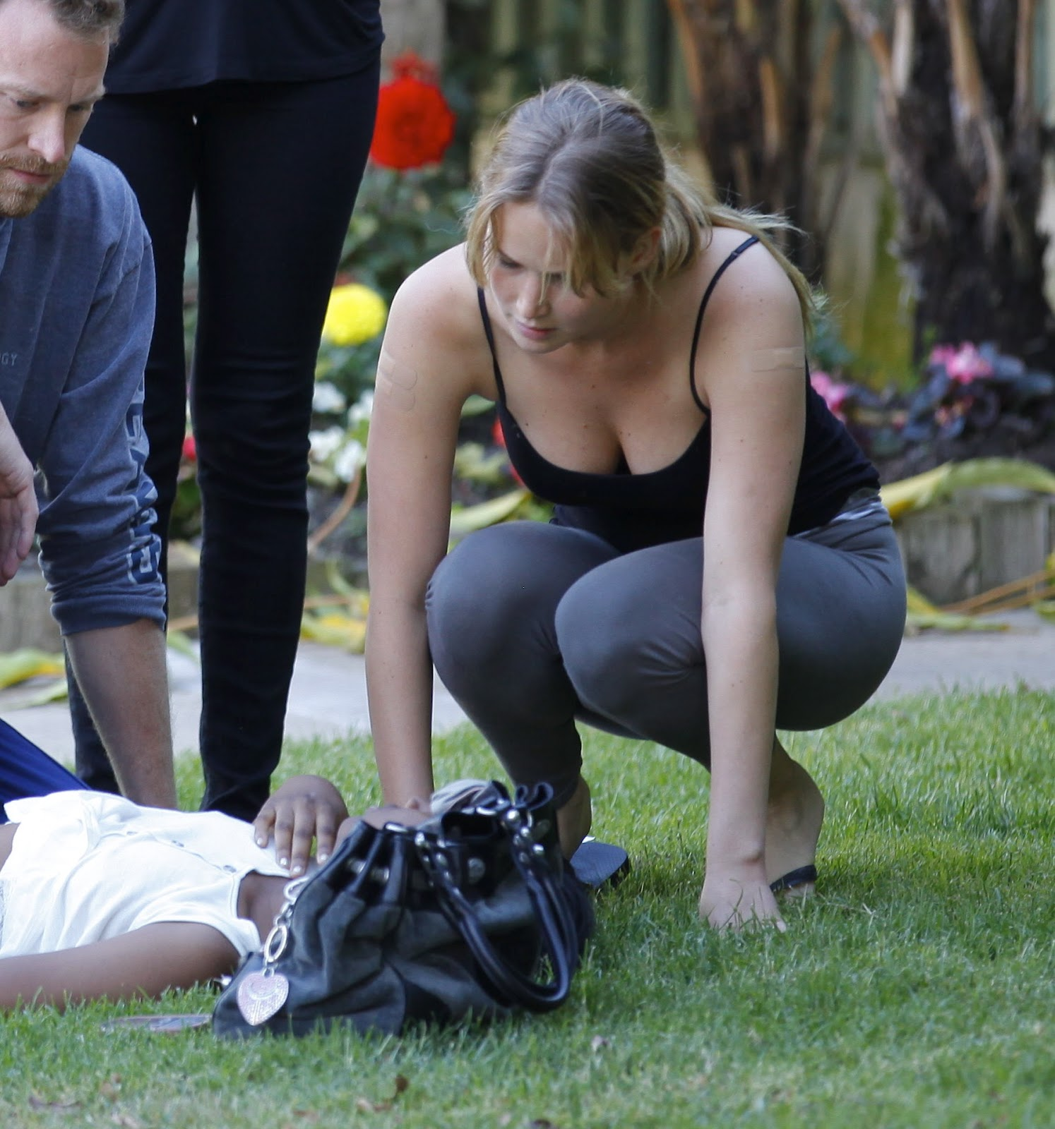 http://4.bp.blogspot.com/-W2K--Ws4_E8/T_XSNkjWrXI/AAAAAAAAD-8/e42v4NzZ6pw/s1600/jennifer_lawrence_helping_a_woman_in_santa_monica_june_25_2012_ms2BnQy.jpg