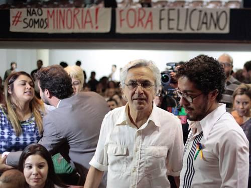 Caetano Veloso conversa com Jean Wyllys; ao fundo, Preta Gil fala com Marcelo Freixo na sede da ABI (Foto: Pedro Kirilos / Agência O Globo)