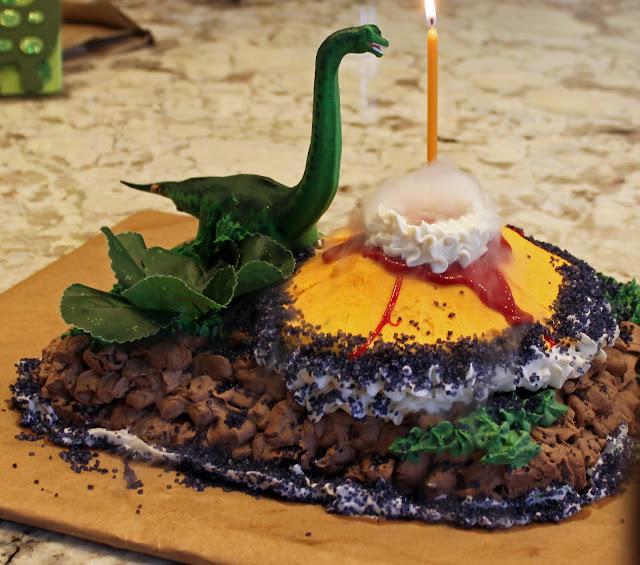 dinosaur-cake-tutorial