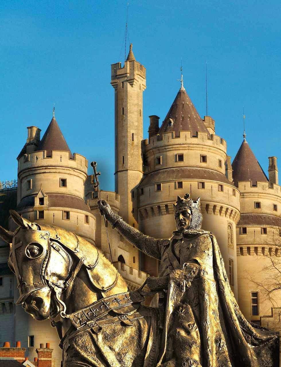 São Luis rei, estátua equestre de St Louis, Missouri, EUA. Fundo: castelo de Pierrefonds, França.