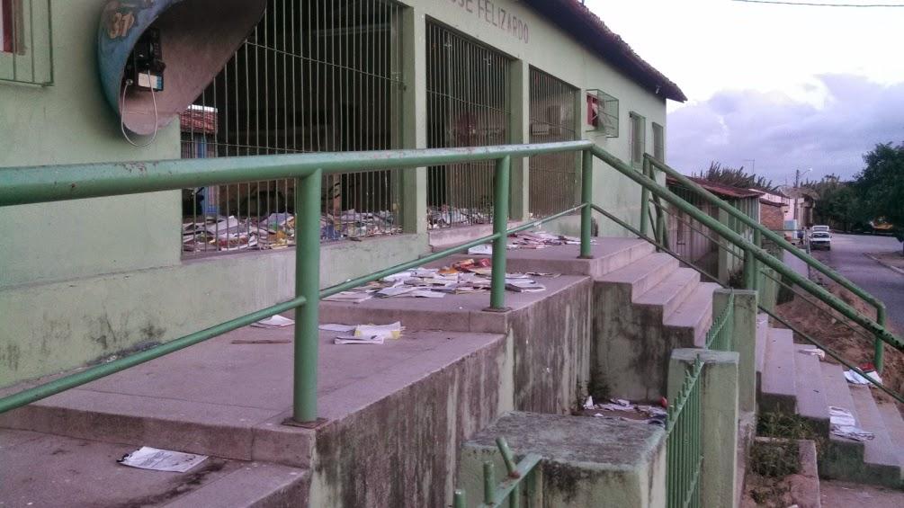 Imagem do dia 17 de fevereiro, quando os livros estavam jogados em frente a Escola Municipal José Felizardo em São Lázaro.