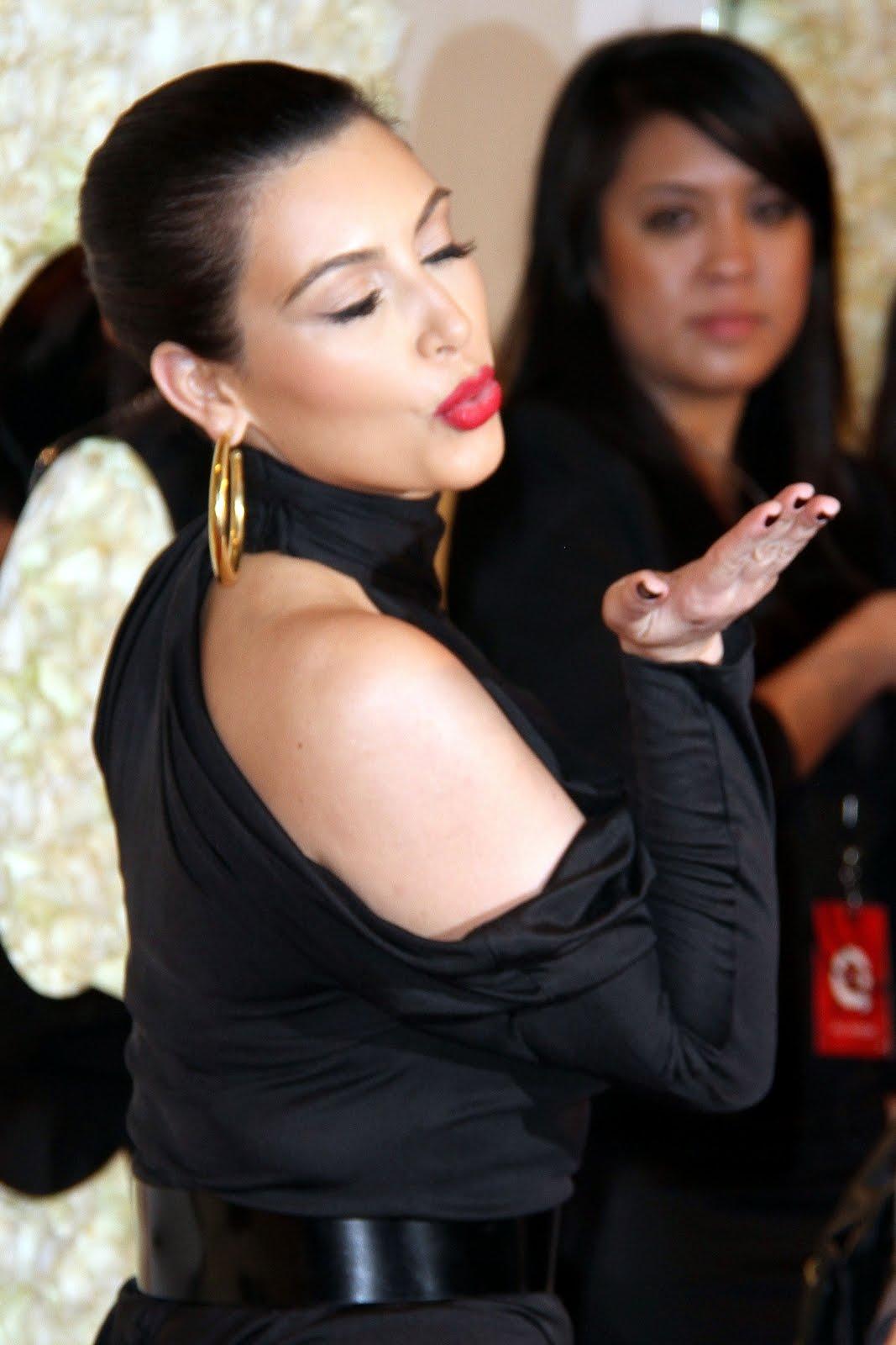 http://4.bp.blogspot.com/-W4E4Sd0lhok/T2hrQt_XwnI/AAAAAAAAMbc/NL2b8wyU_z4/s1600/sploogeblog_kim_kardashian_littleblackdess_12%2B-%2BCopy.jpg