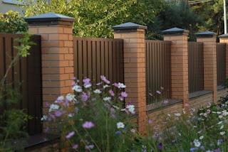 Забор из профлиста с кирпичными столбами. Фото 16
