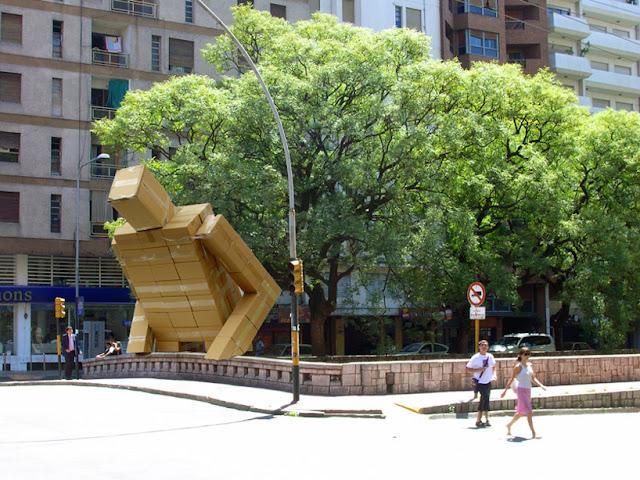 """""""Box"""" El hombre de cartón gigante creado por Pablo Curutchet"""