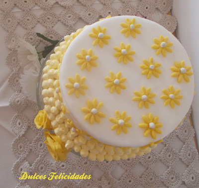 Tarta margaritas y rosas amarillas