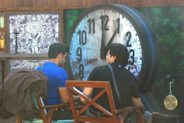Bigg Boss contestants, Sangram and Armaan keeping the track of time