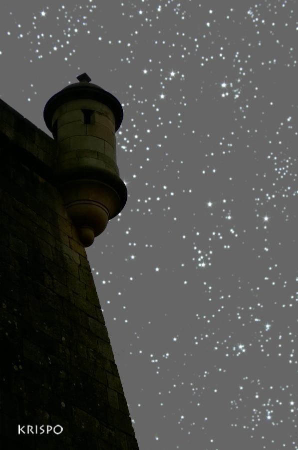 torre bajo las estrellas en hondarribia