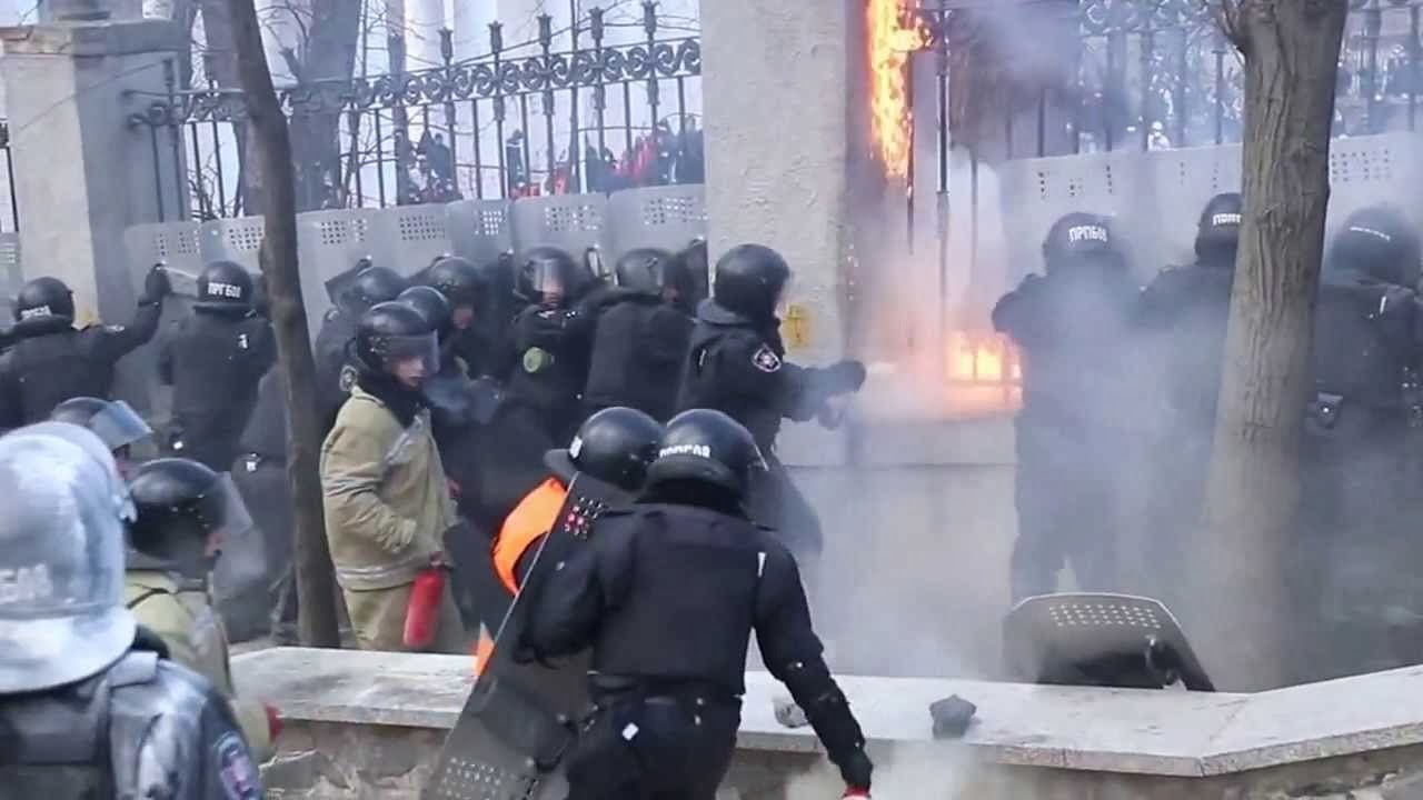 Ucraina: i manifestanti danno fuoco alla polizia