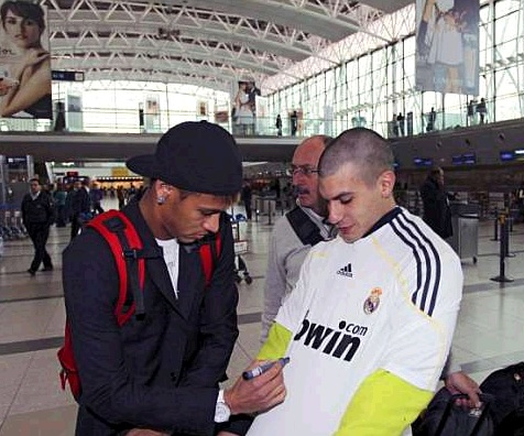 Neymar's move to Real Madrid only depends on payment now -Ribeiro - Page 2 Neymar+signing+a+Real+Madrid+shirt