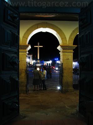 Entrada principal da igreja de São Francisco, tendo ao fundo da praça São Francisco, em São Cristóvão - Sergipe - Por Tito Garcez