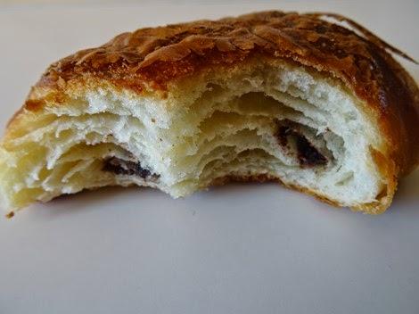 L'intérieur du pain au chocolat de la boulangerie Vandeermesch.