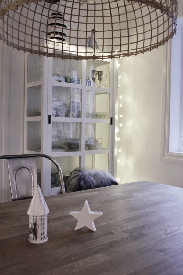 ljusslinga med stjärnor, ljusslinga netto, vitt vitrinskåp, korglampa watt och veke, walther ljuslykta, matbord, julen 2013, vita väggar, matsalsgrupp