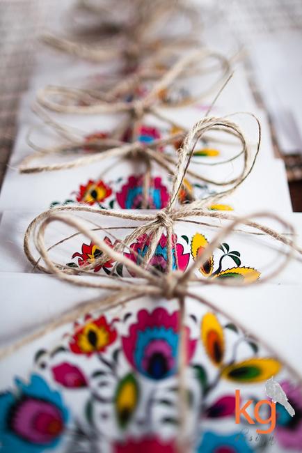 oryginalne i nietypowe zaproszenia na ślub, motyw przewodni, folkowy, ludowe, kwiaty, koło, łowicka wycinanka, RSVP, wiązane sznurkiem, oryginalne zaproszenia ślubne, łowicka wycinanka, motyw ludowy, folk, artystyczne zaproszenia, motyw przewodni, kwiaty, RSVP, kolory, czerwony, niebieski, kwadratowe, motyw folkowy, folkowe zaproszenia ślubne, motyw góralski,