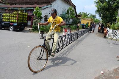 Indonésio cria bicicleta de 13,5 metros