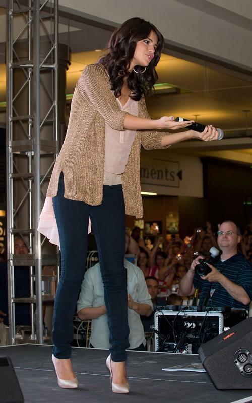 Selena: Candids y Apariciones Públicas #3 - Página 2 Selena-gomez-filadelfia-004