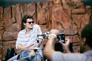 John Mayer toca la bateria en el show Jonas Beach