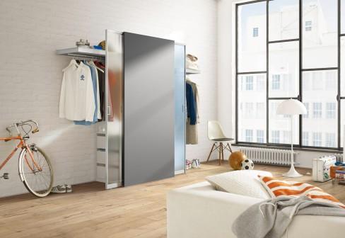 Este armario, pensado inteligentemente para espacios pequeños, funciona a base de paneles que se deslizan hacia los lados. Esto permite ponerlo en espacios reducidos y hace fácil el almacenamiento.