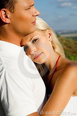كيف تجعلين شخصاً يبوح لك بكل شيء - امرأة حضن تحتضن رجل حبيبها