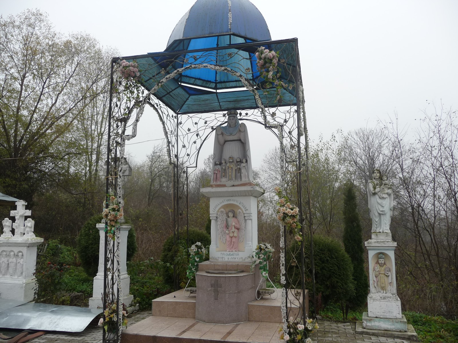 Верхній Дорожів. Територія храму Святого Іоанна Хрестителя