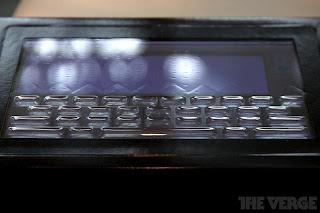 Schermo touch Tactus con tastiera fisica in rilievo