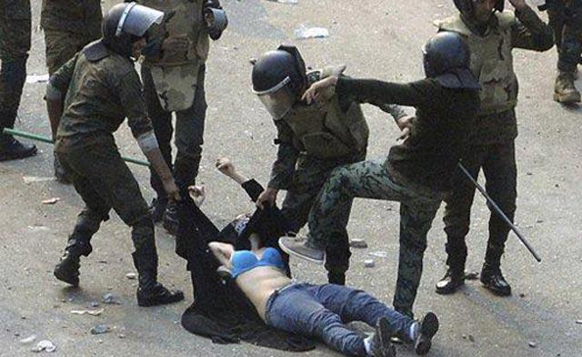Foto tentera Mesir melucut pakaian dan menendang penunjuk perasaan wanita yang bertudung