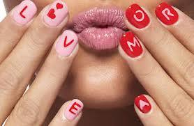 letras nas unhas das mãos um bilhete amor ou Love