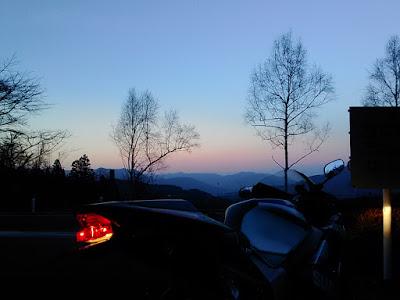夕焼けとGSX-R1000・K2。奥多摩周遊道路・風張峠駐車場にて