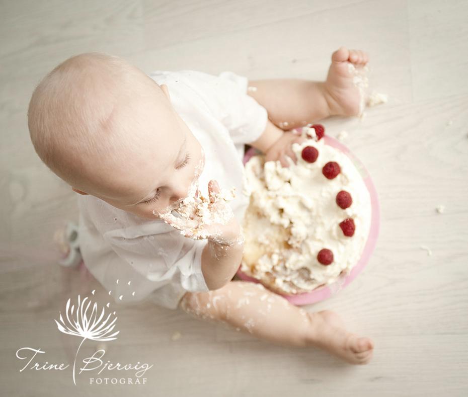 Spiser kake selv, 1 år, Fotograf Trine Bjervig, Tønsberg