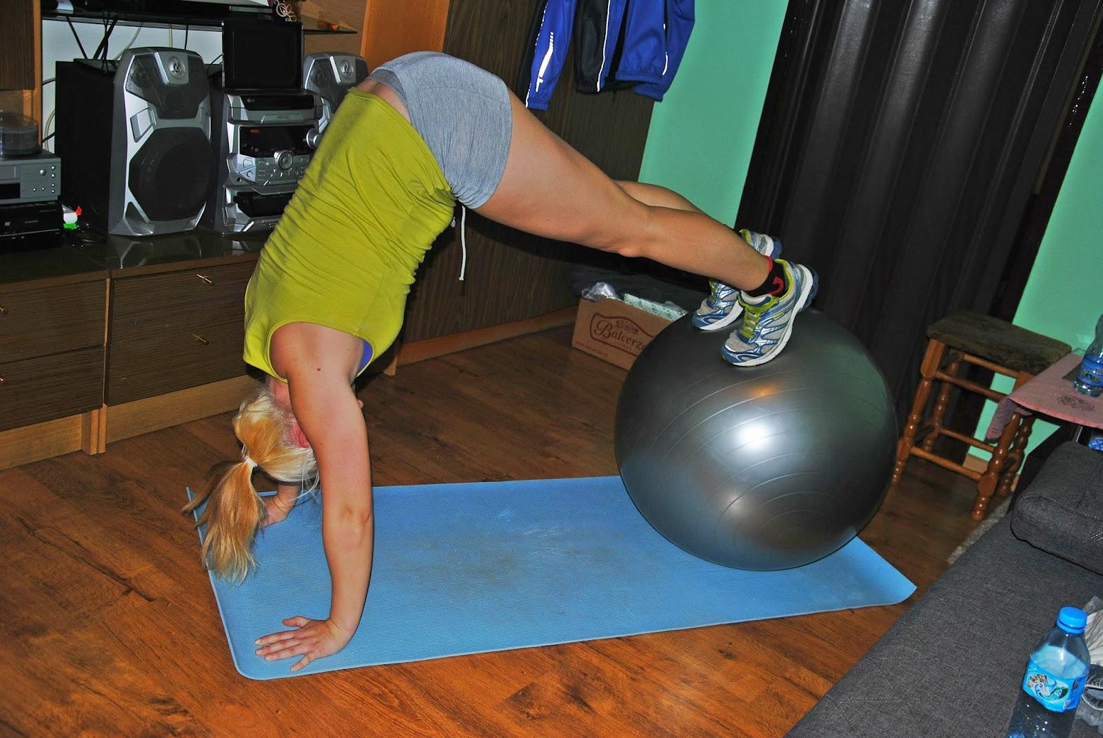 Trening na piłce, stanie na rękach, stanie, mocne ręce, mocne ramiona, trening na silne ramiona,