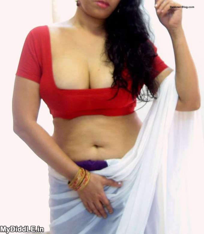 Desi Hot Neighbour Bhabhi Showing her Big Boobs in Blouse