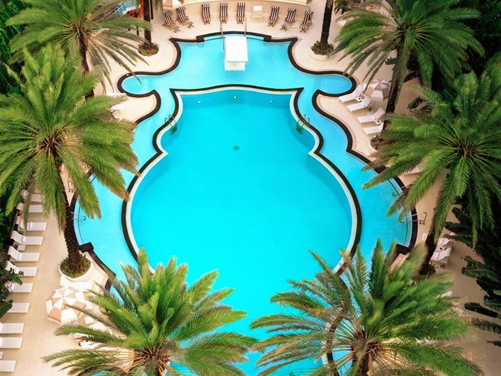 Área da piscina do Hotel Raleigh na Collins Avenue